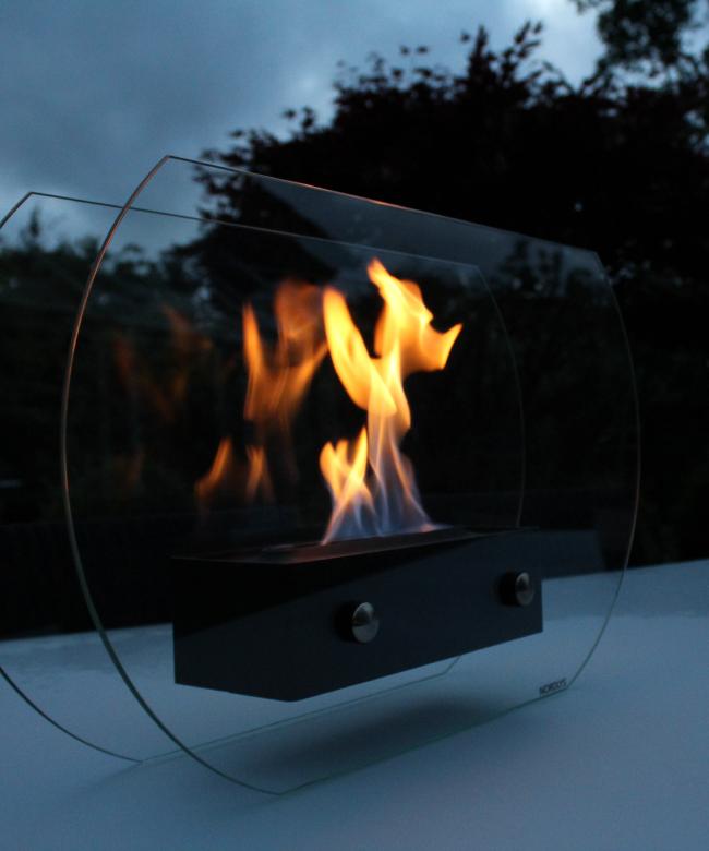 standa uno udenfor med ild